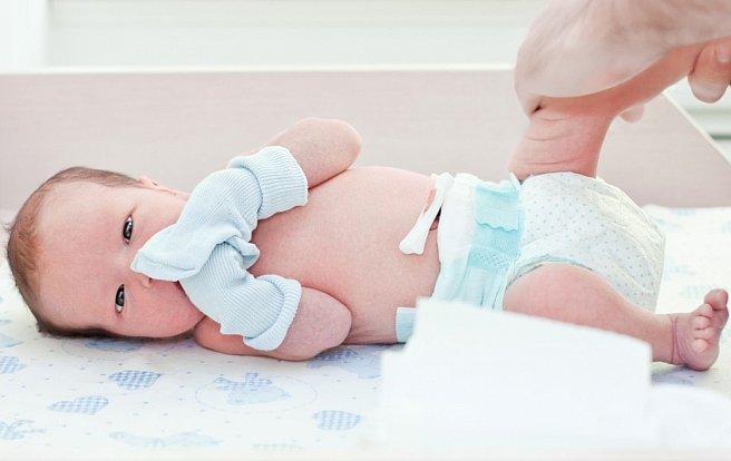 Фотография малыш в грязных простынях с бутылочкой